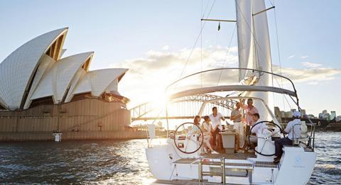 朋友們於雪梨海港中航行,雪梨