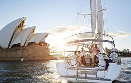 於雪梨海港在遊艇上航海