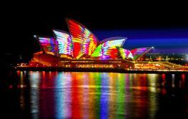 2018 年繽紛雪梨燈光音樂節的迷人光影照亮了雪梨歌劇院 。藝術家:Jonathan Zawada